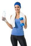 Frau mit Wasser und Dumbbell Lizenzfreie Stockbilder
