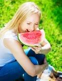 Frau mit Wassermelone Lizenzfreie Stockfotografie