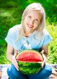 Frau mit Wassermelone Stockfotografie