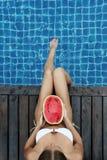 Frau mit Wassermelone Poolside Lizenzfreie Stockfotos