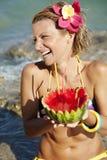 Frau mit Wassermelonecocktail lizenzfreies stockbild