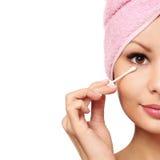 Frau mit Wattestäbchen Skincare Stockbild