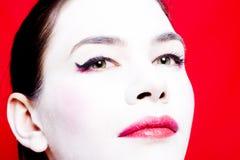 Frau mit weißem Gesichtspuder Lizenzfreie Stockfotos