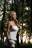Frau mit weißem Kleid Stockbild
