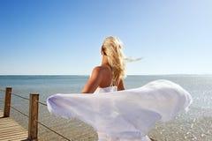 Frau mit weißem Schal Stockbilder