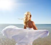 Frau mit weißem Schal Stockfoto