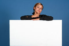 Frau mit weißem Schild Lizenzfreie Stockfotos
