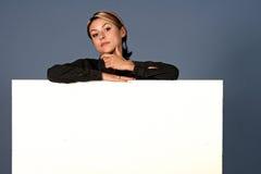 Frau mit weißem Schild Stockbild