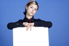 Frau mit weißem Schild Lizenzfreie Stockbilder