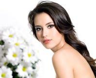 Frau mit weißen Blumen Stockfotografie