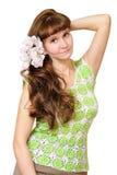 Frau mit weißen Blumen in ihrem Haar Stockfoto