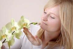 Frau mit weißer Orchidee Lizenzfreie Stockfotografie