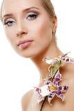 Frau mit weißer Orchidee Lizenzfreie Stockfotos