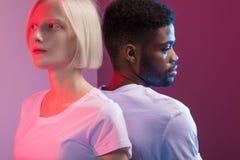 Frau mit weißer Haut und Mann mit schwarzer Hautstellung zurück zu Rückseite stockfoto