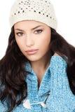 Frau mit weißer Schutzkappe und blauer Wollestrickjacke Stockfotografie
