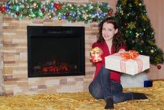 Frau mit Weihnachtsgeschenken Lizenzfreie Stockfotografie