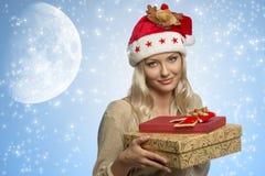 Frau mit Weihnachtshut und -geschenken Lizenzfreie Stockfotos