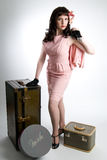 Frau mit Weinlesegepäck Stockfotografie