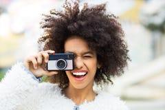 Frau mit Weinlesekamera Stockfotografie