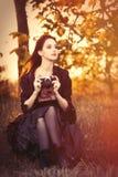 Frau mit Weinlesekamera Lizenzfreies Stockbild