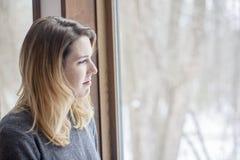 Frau mit Winterkrise stockbild