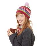 Frau mit Winterschutzkappe etwas trinkend heiß Stockbilder