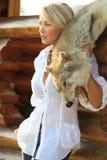 Frau mit Wolfhaut Stockbilder