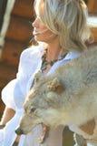 Frau mit Wolfhaut Lizenzfreies Stockbild