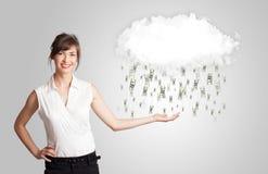 Frau mit Wolken- und Geldregenkonzept Stockfotos
