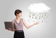 Frau mit Wolken- und Geldregenkonzept Stockbild