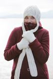 Frau mit Wolleschutzkappe Lizenzfreies Stockfoto