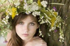 Frau mit Wreath Lizenzfreies Stockfoto