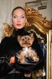 Frau mit Yorkshire-Terrier stockfotografie
