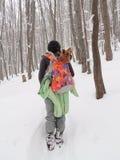 Frau mit Yorkshire Terrier in Snowy-Wald lizenzfreie stockbilder