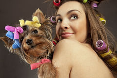 Frau mit Yorkshire-Terrierhund Stockbilder