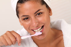 Frau mit Zahnbürste Stockbild