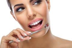 Frau mit zahnmedizinischem Spiegel Stockfotos