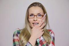 Frau mit Zahnproblem stockbilder