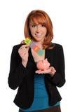 Frau mit Zeichen 401K und Piggy Querneigung Lizenzfreie Stockfotografie