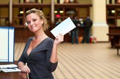 Frau mit Zeichen in der Hand lizenzfreies stockfoto