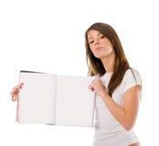 Frau mit Zeitschrift Stockfoto