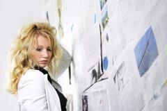 Frau mit Zeitung lizenzfreie stockfotografie
