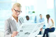 Frau mit Zeitung Lizenzfreies Stockfoto