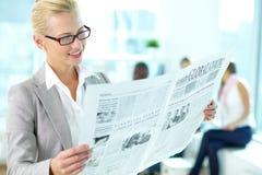 Frau mit Zeitung Stockfotos