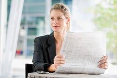 Frau mit Zeitungen Stockfoto