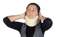 Frau mit zervikalem Kragen Stockbild