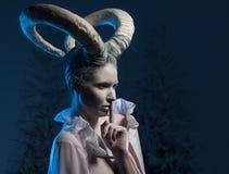 Frau mit Ziegenkörperkunst Stockfotografie