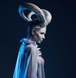 Frau mit Ziegenkörperkunst Stockfotos