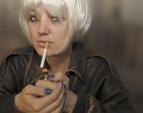 Frau mit Zigarette Lizenzfreie Stockfotos