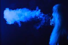 Frau mit Zigarette Stockfotos